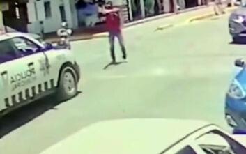 Σοκαριστικό βίντεο: Περιπολικό σταματάει να περάσουν πεζοί και τους γαζώνουν