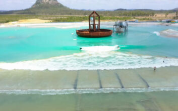 Μια τεράστια πισίνα γίνεται ο παράδεισος των σέρφερ