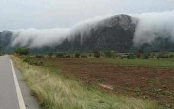 Σύννεφα μοιάζουν να κατεβαίνουν... σαν καταρράκτης
