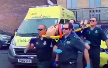 Σάλος στα social media με πλήρωμα ασθενοφόρου που κάνει «coffin dance» μεταφέροντας «ασθενή κορονοϊού»