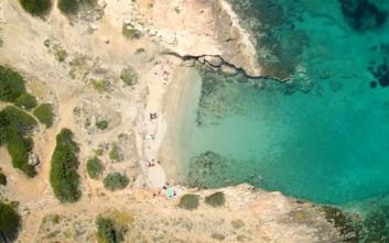 Η μυστική παραλία της Αττικής με τα τιρκουάζ νερά από ψηλά