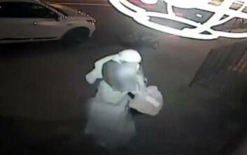 Σοκαριστικό βίντεο: Βίασε 64χρονη, αφού προσπάθησε να την πνίξει