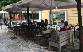 «Σαν να είναι η πρώτη φορά»: Με χαμόγελο και αισιοδοξία άνοιξαν τα καφέ μπαρ στη Θεσσαλονίκη