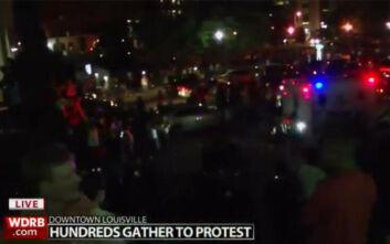 «Φλέγεται» και το Λουισβίλ - Βίντεο με τη στιγμή των πυροβολισμών σε διαδήλωση για τον φόνο Αφροαμερικανίδας
