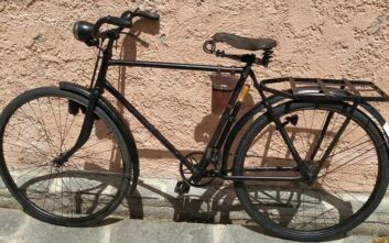 Εντόπισε ένα σπάνιο ποδήλατο της Βέρμαχτ σ' ένα βουνό από σκραπ και το «ανέστησε»