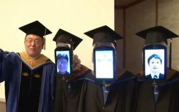 Αποφοίτηση με ρομπότ και τους φοιτητές στο Zoom λόγω κορονοϊού