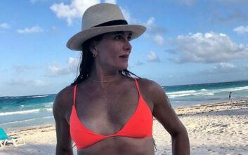 Η Μπρουκ Σιλντς ποζάρει στα 55 της με μπικίνι κι ενθουσιάζει τους διαδικτυακούς της φίλους