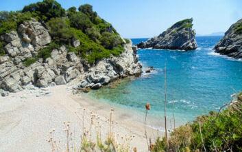 Η ήσυχη παραλία της Σκοπέλου με τα κρυστάλλινα νερά