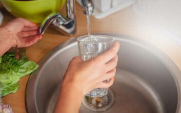 Κορονοϊός και νερό: Πρέπει να πίνουμε βρύσης ή εμφιαλωμένο;