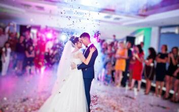 Γαμήλια πάρτι με μεζούρα τα τραπέζια, αντισηπτικά ανάμεσα στα ποτά και σειρά προτεραιότητας στην πίστα