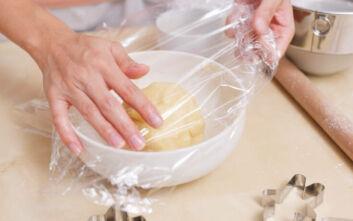 Το απίθανο κόλπο για να μην κολλάει η μεμβράνη του φαγητού στα χέρια