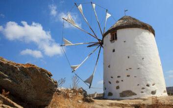Το χωριό της Νάξου με τους χαρακτηριστικούς ανεμόμυλους