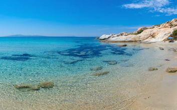 Η παραλία της Νάξου που μεταφέρει σε μέρη παραδεισένια