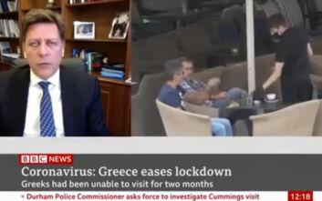 To viral βίντεο με τον «ιπτάμενο» καφέ που έπαιζε παράλληλα με τις δηλώσεις του Βαρβιτσιώτη στο BBC