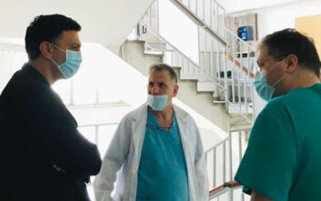 Στην εφημερία στο Ιπποκράτειο ο Βασίλης Κικίλιας – Συνομίλησε με γιατρούς, νοσηλευτές και ασθενείς