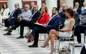 Οι κυρίες του ΣΥΡΙΖΑ στο Ζάππειο: Έλαμψε η χαμογελαστή Αχτσιόγλου με λευκό midi φόρεμα
