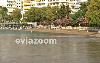 Εύβοια: Παραλία γέμισε λύματα και λάσπη ενώ πολίτες κολυμπούσαν