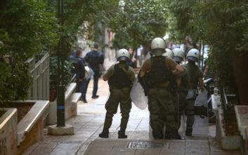 Εξάρχεια: Κράνη, πυροσβεστήρες και κοντάρια βρέθηκαν στα υπό κατάληψη κτίρια της Δερβενίων