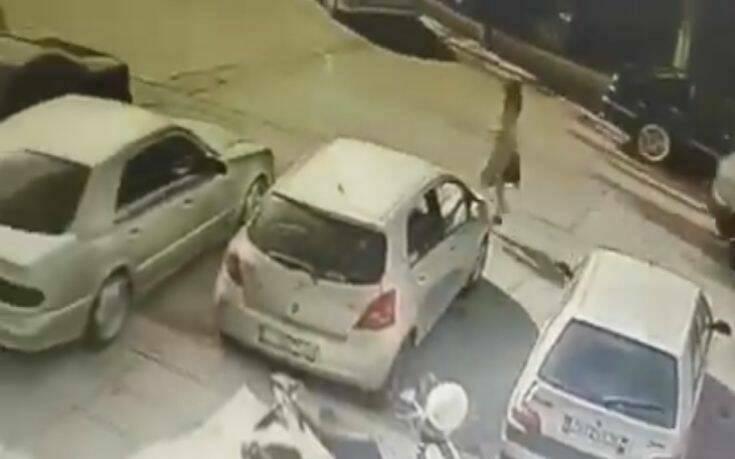 Επίθεση με βιτριόλι στην Καλλιθέα: Στα χέρια των Αρχών βίντεο με τη δράστιδα να καλεί ταξί με τηλεκάρτα