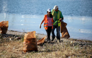 Ανασύρθηκε μισός τόνος σκουπίδια από παραλία και βυθό στην Ελευσίνα