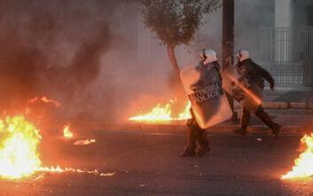Μολότοφ και ζημιές στιγμάτισαν την πορεία για τον Τζόρτζ Φλόιντ στην Αθήνα