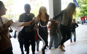 Ο εισαγγελέας διέταξε τη νοσηλεία της «παρουσιάστριας» που έριξε νερό στον Χαρδαλιά σε ψυχιατρική κλινική