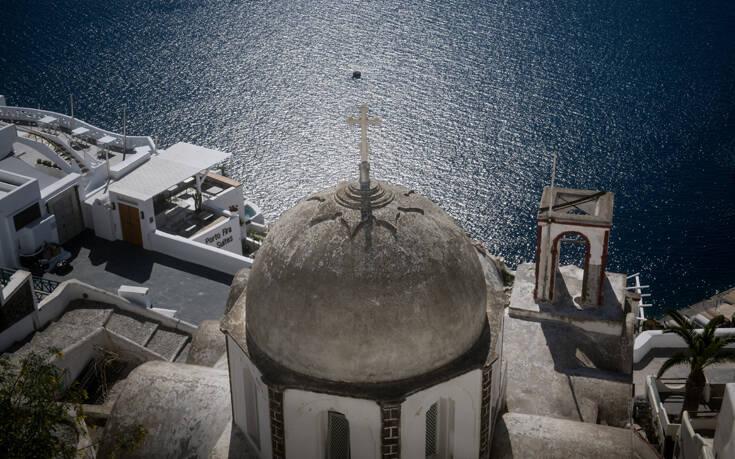 Reuters: Η Ελλάδα καλωσορίζει τους ξένους επισκέπτες