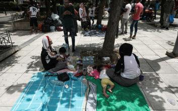 Πρόσφυγες με μικρά παιδιά βρήκαν ξανά καταφύγιο στην πλατεία Βικτωρίας