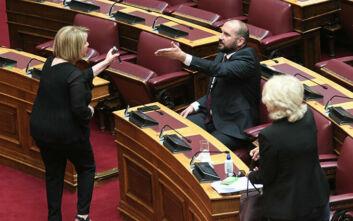 «Σκοτωμός» στη Βουλή: Μαινόμενη η Βούλτεψη έδειχνε τη φωτογραφία του Τσίπρα με τον Όρμπαν στον Τζανακόπουλο
