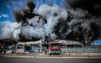 «Μαύρισε» ο ουρανός από τους καπνούς στον Ασπρόπυργο: Φωτογραφίες από το σημείο της φωτιάς