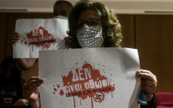 Δίκη Χρυσής Αυγής: Μία βουβή αλλά τόσο δυνατή διαμαρτυρία - «Δεν είναι αθώοι, οι ΝΑΖΙ στη φυλακή»