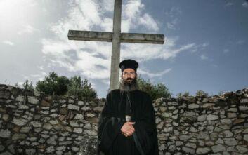 Ο Άρης Σερβετάλης ως Άγιος Νεκτάριος: Οι πρώτες φωτογραφίες από τα γυρίσματα του «Man Of God»