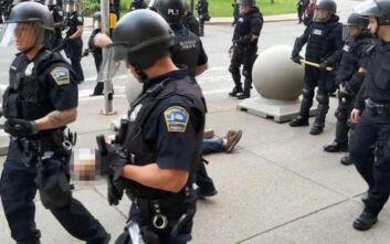 Αστυνομικοί σπρώχνουν 75χρονο, τον αφήνουν να αιμορραγεί στο πεζοδρόμιο και τον κοιτούν απαθείς