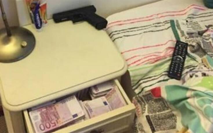 Φωτογραφίες δείχνουν τον Μπορίσοφ να κοιμάται με πιστόλι, 500ευρα και ράβδους χρυσού δίπλα του