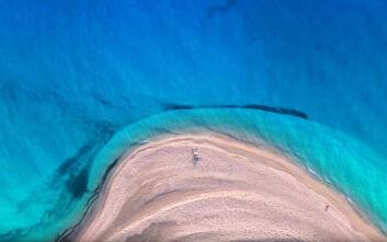 Αυτή είναι η εντυπωσιακή παραλία που πρωταγωνιστεί στην νέα καμπάνια για τον τουρισμό