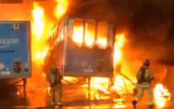 Εικόνες από τη μεγάλη φωτιά σε αποθήκες στην Καλιφόρνια - Πληροφορίες ότι ανήκουν στην Amazon