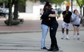 Αργούν οι αγκαλιές και τα φιλιά: Τουλάχιστον ένα χρόνο υπομονή ακόμα, λένε οι ειδικοί