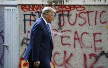 «Βόλτα» του Τραμπ γύρω από τον Λευκό Οίκο για να μετριάσει τον αντίκτυπο του… καταφυγίου