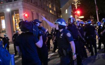 Χάος στις ΗΠΑ:  Ένας νεκρός και τραυματίες από αστυνομικά πυρά στη Νέα Υόρκη – Πάνω από 700 συλληφθέντες
