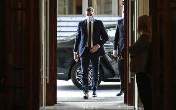 Ισπανία: Με μάσκα και κρατώντας τις αποστάσεις, ο πρωθυπουργός Σάντσεθ συμμετέχει στην προεκλογική εκστρατεία
