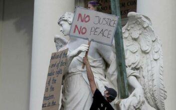 Πρωτοφανών διαστάσεων αντιρατσιστική διαδήλωση στη Βιέννη