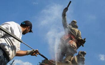 Ολλανδία: Διαδηλωτές προκάλεσαν φθορές σε άγαλμα αποικιοκράτη αξιωματικού που είχε εμπλακεί σε δουλεμπόριο