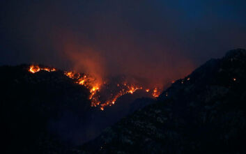 Χιλιάδες άνθρωποι απομακρύνθηκαν από τα σπίτια τους στην Αριζόνα για να σωθούν από τη μανία της φωτιάς