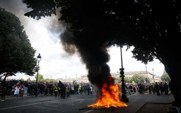 Φωτιές και δακρυγόνα στο Παρίσι: Εικόνες από την ένταση στη διαμαρτυρία νοσηλευτών και φροντιστών