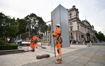 Αφαιρέθηκε η μεταλλική θήκη από το άγαλμα του Τσόρτσιλ στο Λονδίνο ενόψει της επίσκεψης Μακρόν