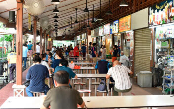 Ελεύθεροι οι Σιγκαπουριανοί «γέμισαν» τα εστιατόρια για να βρεθούν με τους συντρόφους και τους φίλους τους μετά τη χαλάρωση των μέτρων