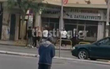 Βίντεο ντοκουμέντο από επίθεση σε άνδρα στη Θεσσαλονίκη - Τον χτυπούν με ξύλα στη μέση του δρόμου