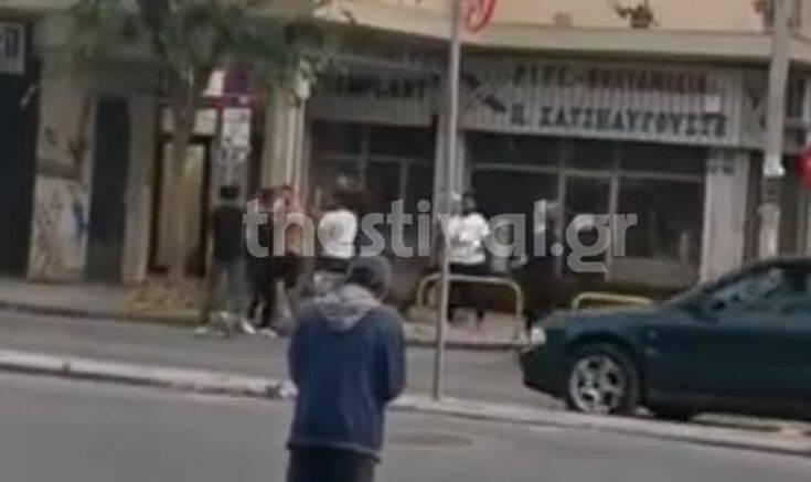 Βίντεο ντοκουμέντο από επίθεση σε άνδρα στη Θεσσαλονίκη – Τον χτυπούν με ξύλα στη μέση του δρόμου