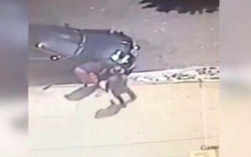 Σοκαριστικές εικόνες με εκτέλεση εξ επαφής – Άνδρας πυροβολήθηκε ενώ έπλενε το αμάξι του