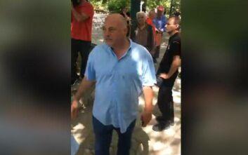 Αντεγκλήσεις Μπέου με κατοίκους στους Σταγιάτες: «Είστε κοπρίτες» - «Είσαι άνθρωπος της νύχτας»
